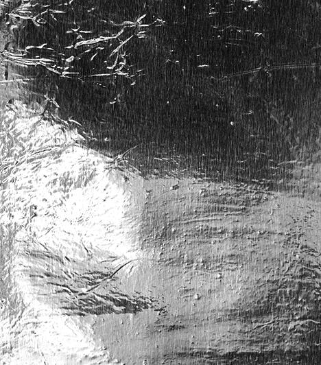 Hőtükörfólia                         Az úgynevezett hőtükörfóliát a radiátor mögé kell ragasztani, így megakadályozza, hogy a hő a falon keresztül távozzon, a felület ugyanis visszaveri azt. A hőtükörfóliát általában méretre vágva is meg lehet vásárolni.                         Kapcsolódó cikk:                         Így működik a hőtükörfólia »