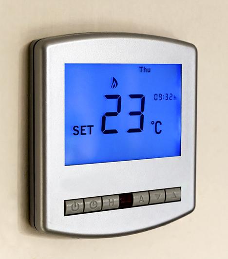 Digitális termosztát  Egy digitális termosztát szintén nagyon sokat segíthet a takarékoskodásban, különösen, ha intelligens termosztátról van szó, melynek segítségével időzíteni lehet a lakás hőmérséklet-változásait - addig is, míg nem vagy otthon.  Kapcsolódó cikk: Többet fizetsz, ha letekered a fűtést: megdöbbentő tények »