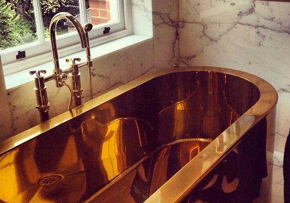 Nem kevesebb mint 21 karátos a fürdőkád.