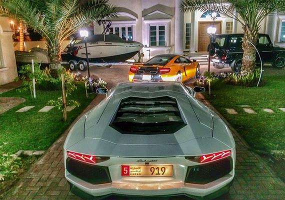 Parkoló a ház előtt.