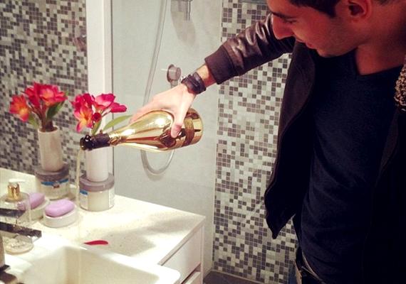 És így takarítják a fürdőszobát, legalábbis az eredeti képaláírás szerint.