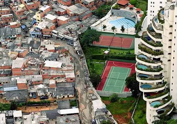 Talán ez az egyik leginkább ismertté vált kép szegények és gazdagok lakóhelyeinek kontrasztjáról - a fotó Brazíliában, São Paulóban készült.