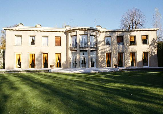 A világ második leggazdagabb, egyúttal Európa legvagyonosabb asszonyának Liliane Bettencourt számít, aki több luxusingatlant is a magának tudhat, azonban a képen látható, Párizs környéki, Neuilly-sur-Seine-ben található házában él. Még több képért kattints ide!