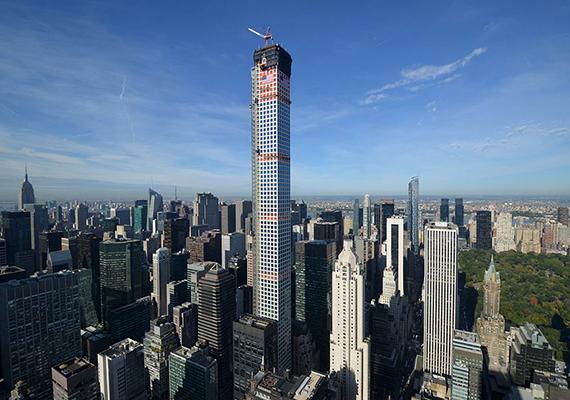 A 432 Park Avenue tornyának megépítését 2012-ben kezdték el, a munkálatok pedig 2015-ben fejeződtek be. Az épület már azzal nagy port kavart, hogy le kellett rombolni miatta a New York egyik ikonikus történelmi épületének számító, 1926-ban épült Drake Hotelt.
