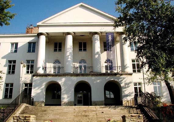 Előbbi települések rangsora Budapest nélkül alakult a leírtak szerint. A főváros egyes kerületei közül az első helyen a XII. áll, mely híres pazar villáiról, előkelő negyedeiről és a diplomáciai képviseletekről. A képen a Moholy-Nagy Művészeti Egyetem látható.