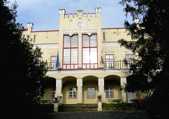 Telkit a Balaton északi partján fekvő Csopak követi. A képen nevezetessége, a Ranolder-kastély látható.