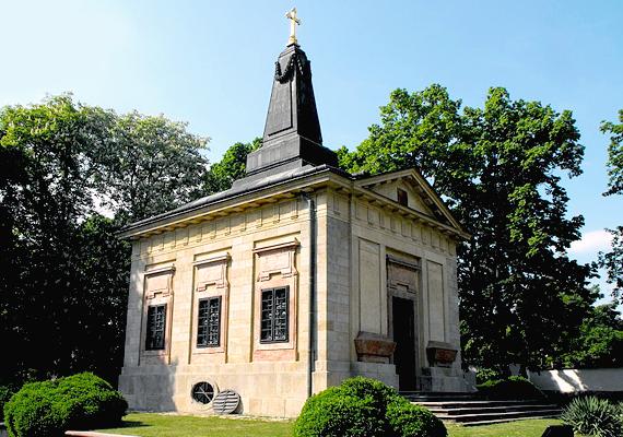 A harmadik helyen álló Üröm Telkihez hasonlóan a budapesti agglomerációhoz tartozik. Legfőbb látnivalója a képen látható sírkápolna, ahová a cári származású Alexandra Pavlovnát temették.