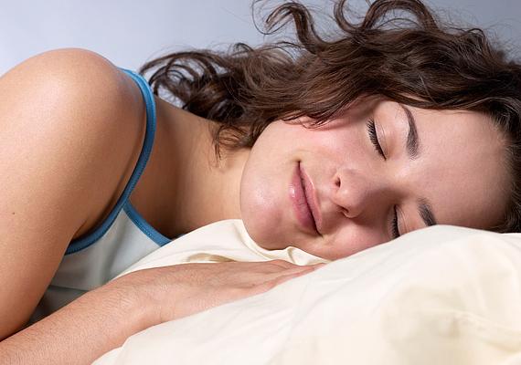 Éjszakára lehetőleg vedd lejjebb néhány fokkal a fűtést. Ezzel nemcsak energiát spórolhatsz, de az egészségednek is jót teszel, hűvösebb szobában ugyanis sokkal pihentetőbb az alvás. Tudd meg, hány Celsius-fok az ideális hőmérséklet!