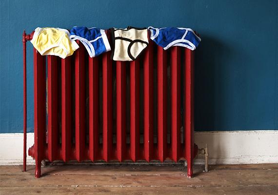 Ne tegyél semmit a radiátor vagy konvektor útjába, mert így elfogod a kiáramló meleg levegőt, és a szoba sokkal nehezebben melegszik fel.