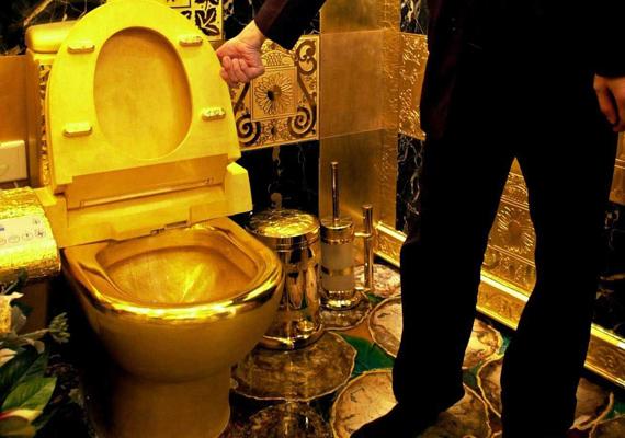 A Hongkongban található, 24 karátos aranyból készült WC a világ legdrágább toalettje. Bár az eredeti a Hang Fung Gold Technology bemutatótermében található, a darab igazi ikonná vált a gazdagok körében. 2013 júliusában például Kanye Westről és Kim Kardashianról derült ki, hogy szeretnék egy egymillió dollárt érő arany WC-vel gazdagítani Bel Air-i otthonukat.