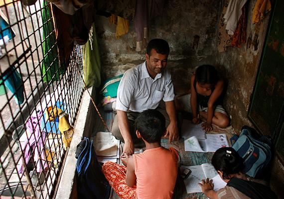 A dhakai, bangladesi gyerekek épp angolt tanulnak. Hat másik családtagjukkal együtt élnek két hasonlóan kis helyiségben.