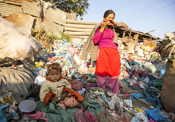 Egy kisgyermek kísérte el a nepáli, katmandui szeméttelepen dolgozó édesanyját.