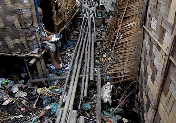 Burmai kisfiú Yangon Hlaing Thaya nevű, nyomornegyedéről is ismert területén.
