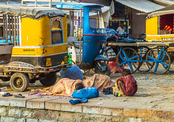 Az utcán alszanak a gyerekek Jodhpurban, Indiában.