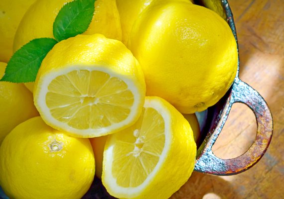 A citrom leve közkedvelt és jól ismert ellenszere a hagymaszagnak: a vágódeszkát és a kezedet is bedörzsölheted egy fél citrommal, emellett párologtatni is érdemes. Már az is hatásos, ha egy lábosban vizet melegítesz, melybe előtte citromkarikákat tettél. A citrom továbbá a halszagot is képes hatékonyan eltüntetni. Kattints ide, ha arra is kíváncsi vagy, hogy használhatod a citromot vízkőoldásra!