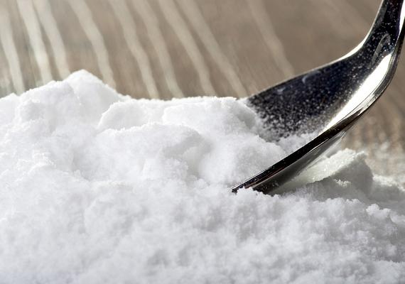 A szódabikarbóna is közismert szagtalanító hatásáról, a konyhában terjengő hagymaszag megszüntetésében például az is segít, ha kiteszel belőle egy kis tálkával, de a vágódeszkát, illetve a kezedet is bedörzsölheted vele. Kezedet utána ugyanúgy krémezd be, mint a só esetében. Kattints ide, és tudd meg, még mit orvosol a szódabikarbóna!