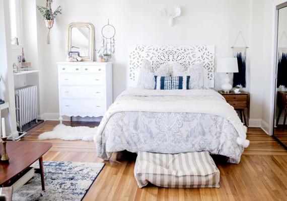 A világosabb falfestéknek, az ágytámlának - mely külön is kivitelezhető -, valamint néhány stílusos bútornak és kiegészítőnek köszönhetően egészen álomszerű lett a helyiség.