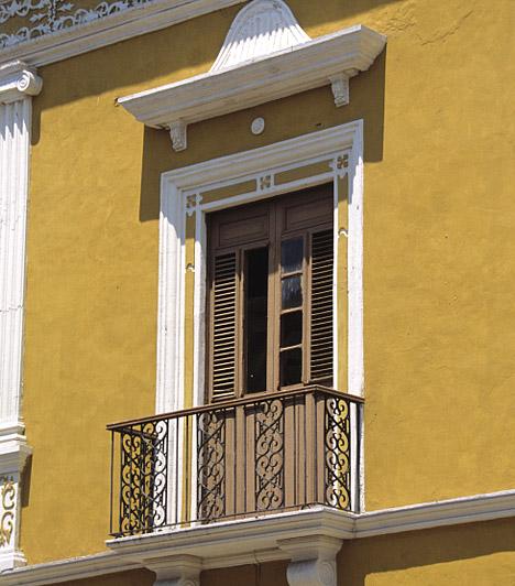 Egy kis festék csodákra képes                         Ki mondta, hogy a ház homlokzata csak egy színű lehet, vagy hogy a te erkélyednek ugyanolyan unalmas szürkének kell lennie, mint amilyen szomszédé? Ezt a talpalatnyi erkélyt éppen az teszi különlegessé, hogy a homlokzattól elütő színnel pingálták körbe a kijáratot, ezzel is kiemelve a régi, de szépen karbantartott ajtó különlegességét.                         Kapcsolódó cikk:                         Így újítsd fel a lepattogott, repedezett albakkeretet saját magad »