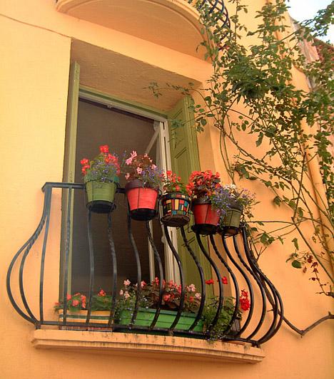 Közel a természethez                         Az erkély átmenet a lakás és a szabad között, ha pedig nincs kerted, akkor a balkon az egyetlen szabad ég alatti terület, ahová nyugodtan kiülhetsz a napsütésben reggelizni, vagy ahová kiültetheted a virágaidat. Ha a lakás többi helységéhez hasonlóan felfedezed a benne rejlő lehetőségeket, a legkisebb erkélyből is hangulatos helyet teremthetsz, ahol öröm lesz üldügélni.