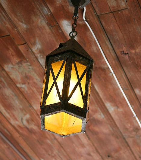 VilágításA központi világítás az erkélyen is elengedhetetlen. Egy szép lámpával ráadásul a hangulatról is egyszerűen gondoskodhatsz. A misztikus, keleties hangulathoz nem kell más, mint egy különleges marokkói lámpás.
