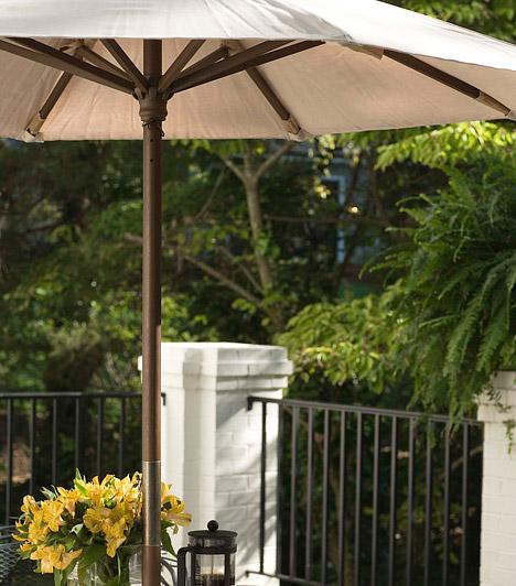 NapernyőNem csak a nagy teraszok tulajdonosainak kiváltsága a napernyő, a kisebb erkélyekhez is jó választás. Az asztal közepébe vagy az erkély más részébe állítható fajták praktikusabbak, mint az erkély fölé rögzíthetők, ezeket ugyanis tetszés szerint mozgathatod.