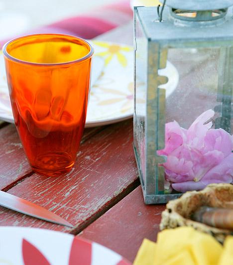 Dekoratív terítékHa egyetlen asztalka is elfér az erkélyen, akkor tovább fokozhatod a hangulatot dekoratív terítékkel. Néhány színes tányér és pohár, valamint egy kis csokor friss virág, és máris kész a tökéletes hely a romantikus vacsorához vagy egy kellemes reggelihez.