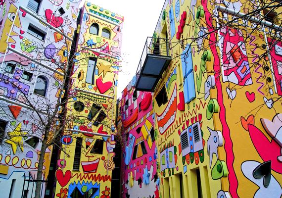 Szívek, csillagok, emberi arcok, lényegében minden pozitív szimbólum megjelenik a pop-art stílusban kidíszített falakon.