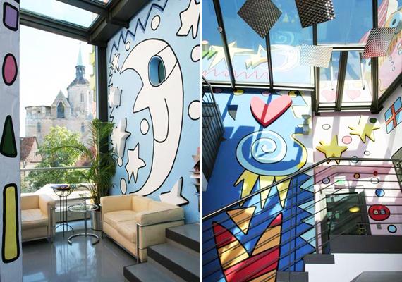 Az épületek belülről is hasonlóan látványosak. Bár a legtöbb lakó magánéletét óvva nem enged be kamerát ide, azért egy-egy fotó mindig készül a belső kialakításról is, melyen visszaköszönnek a pop-art elemei.