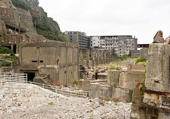 Azt, hogy a sziget hírhedtté vált, elősegítette az is, hogy a második világháború idején kínai és koreai kényszermunkásokat dolgoztattak a területén, embertelen feltételek mellett.