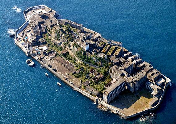A japán szigetet, mely Nagaszakitól nem messze található, Gunkandzsimának, vagyis csatahajónak is nevezik jellegzetes alakja miatt. A betonfalakat a japán Mitsubishi cég építtette fel, hogy óvja a területet a tenger hullámaitól.