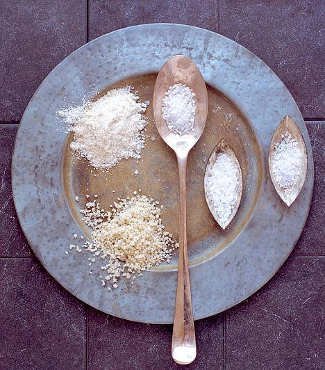 Só  A sót használhatod szagtalanításra, a vasaló talpának tisztítására, és nagy sikerrel vetheted be a foltok ellen is. A legmakacsabb izzadságfoltok ellen oldj fel négy evőkanál sót egy liter forró vízben, várd meg, amíg az oldat kissé kihűl, és ebben alaposan mosd át a foltot. Ezután mosógépben mosd ki, és a ruhád olyan lesz, mint újkorában.