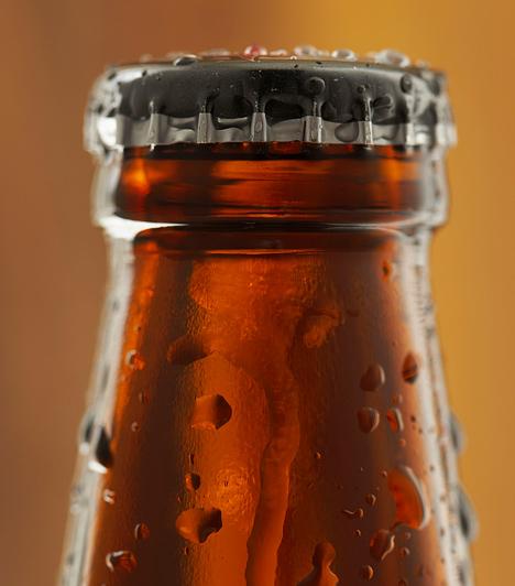 SörSokszor lehetetlen feladatnak látszik a kávé- vagy teafoltok eltávolítása, pedig egy kis sör segítségével szó szerint eltüntetheted a pecséteket. Finoman dörzsöld a sört az anyagba, hagyd megszáradni, és még kétszer-háromszor ismételd meg a műveletet. A folt egyszerűen felszívódik.Kapcsolódó címke:Házi praktikák »
