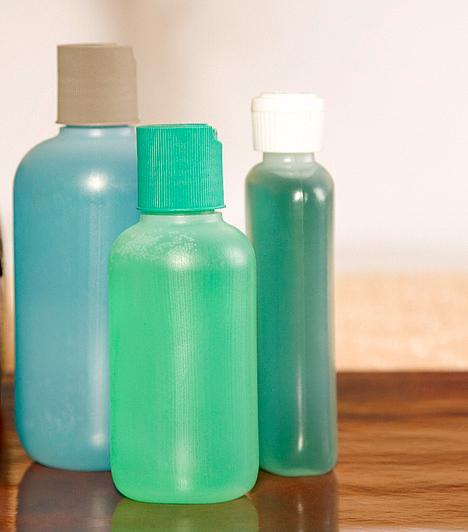 SzalmiákszeszA szalmiákszesz, az ammónia vizes oldata a legmakacsabb foltok ellenszere. A szőnyegből és a kárpitból például úgy szedheted ki a foltokat, ha egy pohár szalmiákszesz és két liter meleg víz oldatába áztatott szivaccsal átdörzsölöd. Hagyd alaposan megszáradni az anyagot, és szükség szerint ismételd meg a műveletet.