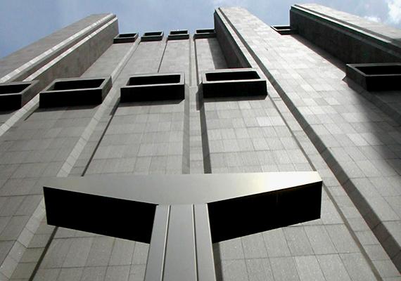 Az épület az ötvenes évek elején kialakult brutalizmus építészeti irányzatának jellegzetes példája: főként a funkcionalitás hatja át, hatalmas betonfelületek jellemzik, emellett pedig még ablakai sincsenek.