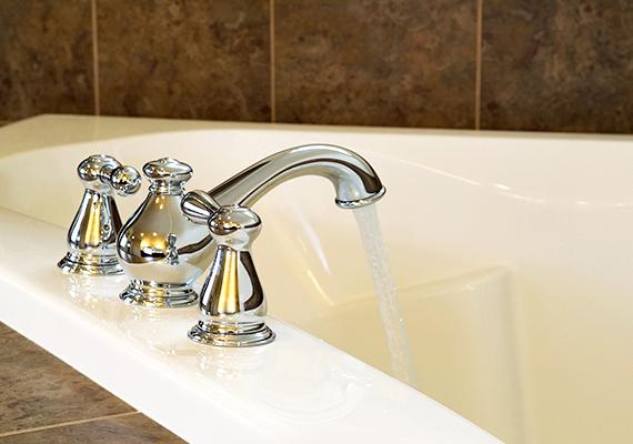 Ha fürdőszoba-takarítást tervezel, érdemes egy kevés forró vizet engedned a kádba, majd becsuknod az ajtót, hogy a képződő pára segítsen fellazítani a szennyeződéseket.