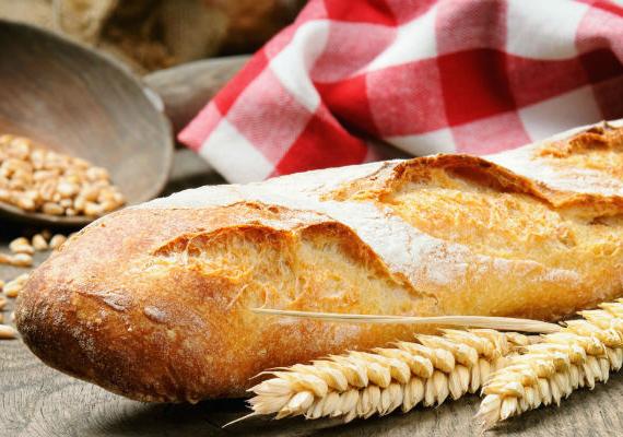 A friss, ropogós kenyérből vékony és egyenletes szeleteket vághatsz könnyedén, ha a kenyérvágó kést előtte forró vízbe mártod, hagyod, míg átmelegszik, majd gyorsan megtörlöd, és szeletelsz vele. A forró kés úgy siklik majd a kenyéren, mint a vajban.