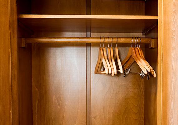 Ugyanígy illatosíthatod a szekrények belsejét is, egy-két fellógatott teafilterrel nemcsak a szagokat tüntetheted el, de magukba szívják az esetleges nedvességet is.
