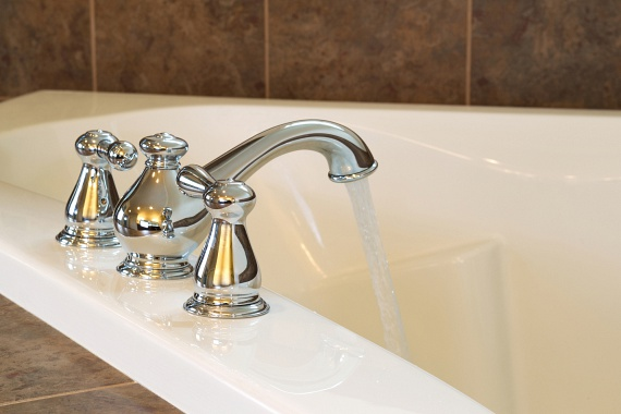 Nem véletlenül kezdik sokan a fürdőszobával a lakás nagytakarítását, a vizes helyiségben megtelepedő vízkő és más szennyeződések komoly feladatot jelenthetnek, akár a csaptelepen, akár a kád felületén jelentek meg. A fürdőszobában általános tisztítószerként a legegyszerűbb ecetet használni: az ecetes folyadékot - kattints ide, és megtudod, hogy keverheted ki - töltsd szórófejes flakonba, majd ezzel fújt át a különböző felületeket, akár a csaptelepeket, akár a csempét vagy a kádat. Hagyd hatni negyed órát, majd öblítsd le alaposan tiszta vízzel, és töröld szárazra. Kevés vízzel pasztává keverve a szódabikarbónát is használhatod úgy, mint a bolti súrolószert, de a csaptelepeket például citrommal is megtisztíthatod: a kifacsart fél citromot semmiképp se dobd ki, ha áttörlöd vele a felületet, eltűnik a vízkő. Ha nagyon makacs szennyeződéssel van dolgod, kattints ide, és elmondjuk, hogy alkalmazd a szódabikarbónás-ecetes dunsztot.