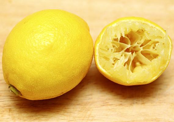 A körülbelül 70 forintért kapható citrom szintén hatásos lehet a WC tisztává varázsolásában, mint ahogy például a mikró kitakarításában is. A zsíros foltokkal azonban nemcsak itt, hanem akár az egész konyhában elbánhat.