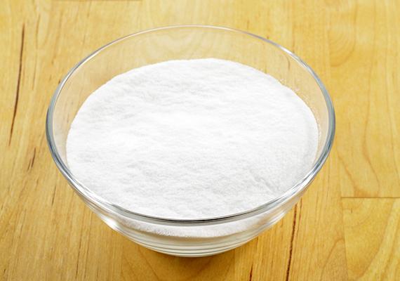 A sütőporral megszabadulhatsz a zsírfoltoktól, a kellemetlen szagoktól, a vízkőtől, de akár a penésztől is. Ide kattintva elolvashatod, mire használhatod! Egy zacskó pedig csak körülbelül 40 forintba kerül.