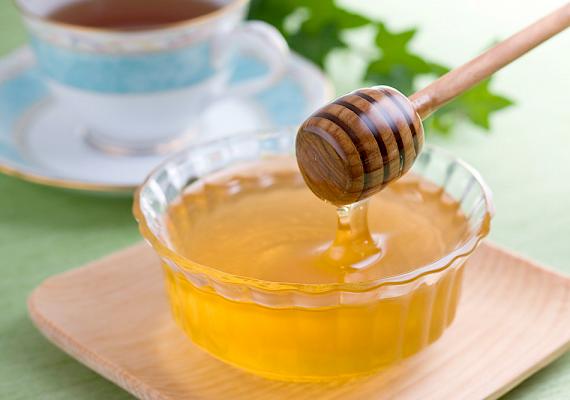 Ha nincs otthon gyümölcsleved, az egyszerű, vízben oldott cukor vagy a hozzákevert méz is megteszi.