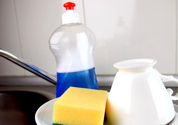 Hatásos az is, ha a gyümölcslevet egy kevés mosogatószerrel kombinálod, ez tovább nehezíti a menekülést.