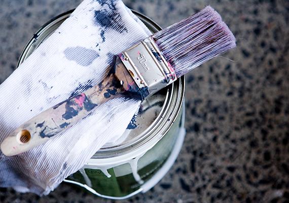 Ha szeretnéd megakadályozni, hogy a felbontott dobozokban megbőrösödjön a festék, rajzold körbe a dobozt alufólián, majd vágd ki a kört, és tedd a festék felszínére. Az alufóliával továbbá a puding bőrösödését is megakadályozhatod.