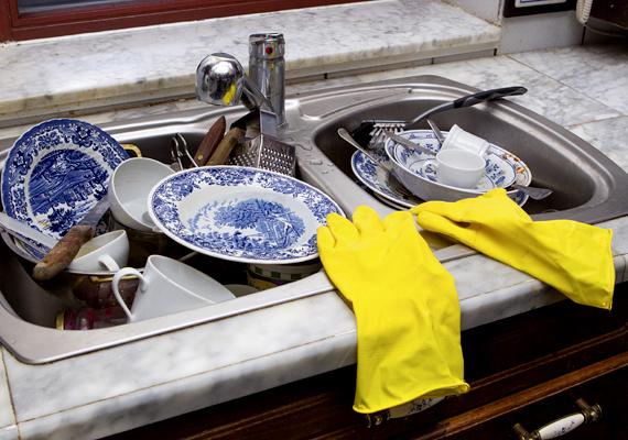 Az alufóliát galacsinná gyúrva olyankor is használhatod, ha a mosogatáshoz dörzsiszivacsot kellene bevetned, viszont éppen nincs a kezed ügyében, illetve az acél súrolópárna rozsdásodását is megakadályozhatod, ha alufóliába tekered, majd a hűtőbe teszed.