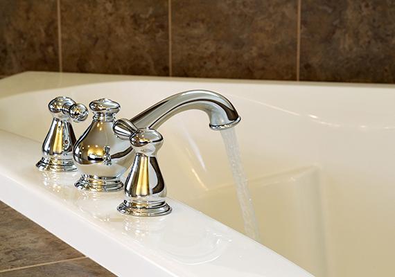 A fürdőszoba takarítása során is hasznát veheted, ha egy-két tablettányi mennyiséget egy kevés meleg vízben oldasz fel - vagy nagyon kevés víz hozzáadásával éppen csak pasztaszerű állagúvá oldod -, majd ezzel tisztítod le a szennyezett felületeket. Szappanmaradékot és vízkőfoltot is eltávolíthatsz vele, de például akkor is segít, ha elöl hagytad vizesen a borotvát, amely emiatt rozsdafoltot hagyott maga után.