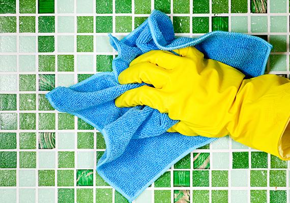 Vízkőmentesítő hatása révén az ecet tökéletes segítőtárs lehet a fürdőszoba takarítása során: kattints ide, ha tudni szeretnéd, hogyan tisztítsd meg vele a csempét!