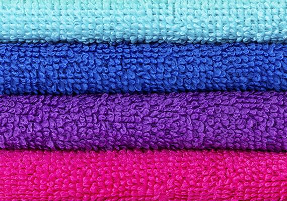 Egy átlagos mosásprogramhoz is adhatsz ecetet, öblítő helyett például előszeretettel használják, nem véletlenül: a bolti öblítők felületaktív anyagai megtapadhatnak a törölköző szálain, megkeményítve azokat, az ecettel viszont pihe-puha lesz az efféle textília. Kattints ide, ha tudni szeretnéd, hogyan moss vele!