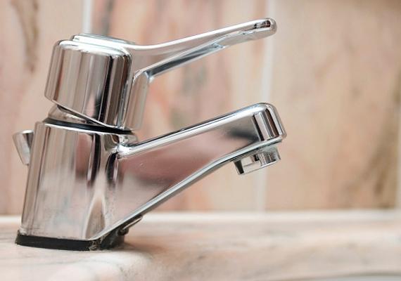 A csapokról úgy is letisztíthatod a vízkövet, ha teszel a felületre egy kis fogkrémet, majd fogkefével gyengéd, körkörös mozdulatokkal átdörzsölöd.