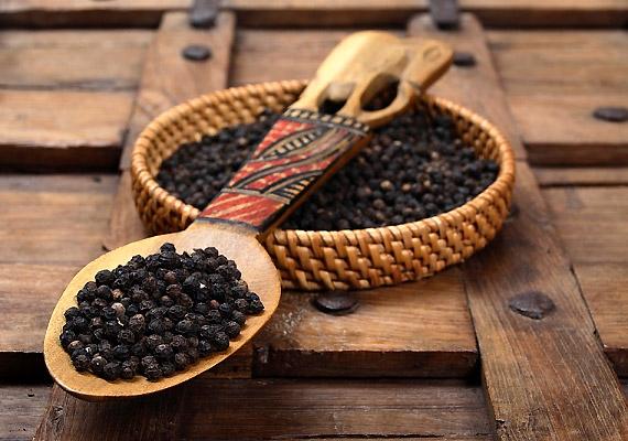 A molyok ellen hatékonya feketebors, őrölt formájában töltsd egy kis zacskóba, majd akaszd be a szekrénybe. Szegfűszeget és fahéjat is adhatsz hozzá.