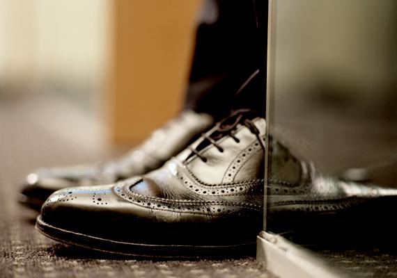 Bár furcsán hangzik, a nyers krumplit a cipőápolás során is felhasználhatod. Egy régi, kopott cipőt is felfrissíthetsz, ha nyers krumplival dörzsölöd be, emellett akkor is segít, ha tör a lábbeli. Utóbbi esetben a problémás részhez szoríts és rögzíts belülről egy szelet nyers krumplit, majd hagyd így állni. A módszer segítségével a bőr kissé megpuhul majd.